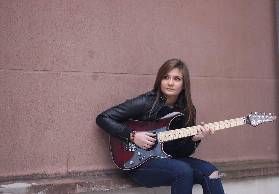 Tina S, Gitaris Cantik Bertalenta