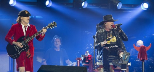 """GRA470. SEVILLA, 10/05/2016.- El guitarrista del grupo de rock australiano AC/DC, Angus Young (i), y el vocalista Axl Rose (d), voz de Guns' N Roses, durante el concierto de su gira mundial """"Rock od Bust"""" ofrecido esta noche en el estadio de La Cartuja, en Sevilla. EFE/José Manuel Vidal"""