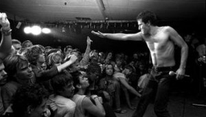 jello-biafra-of-dead-kennedys-1983-photo-by-mats-bc3a4cker